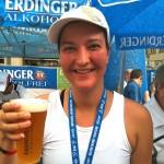 Nonny gönnt sich nach erfolgreicher Triathlon-Teilnahme ein alkoholfreies Bier