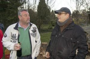 Peter Buck (li.) im Gespräch mit Frank Werner (re.) beim Osterfeuer unseres Gerätewarts Ralf